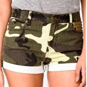 Forever 21 cuffed camo shorts size 25